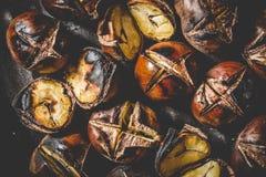 Zamyka up Piec kasztany w żelaznej opieczenie niecce obraz royalty free