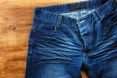 Zamyka up przetarci niebiescy dżinsy Obrazy Royalty Free