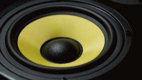 Zamyka up przy poruszającym woofer Głośnikowa część Czerni i koloru żółtego kolory Mo zbiory wideo