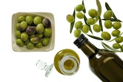 Zamyka up puchar oliwny i ekstra dziewiczy oliwa z oliwek w butelce obrazy royalty free