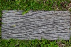 Zamyka up pusty drewniany znak na zielonej trawie Zdjęcie Stock