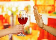 Zamyka up ręka trzyma szkło whisky i męska ręka odmawia je, w prętowym tle Zdjęcie Royalty Free