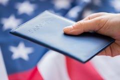 Zamyka up ręka z amerykańskim paszportem fotografia stock