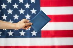 Zamyka up ręka z amerykańskim paszportem zdjęcie stock