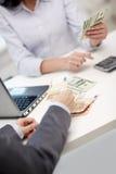 Zamyka up ręki liczy pieniądze z kalkulatorem Zdjęcia Royalty Free