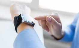 Zamyka up ręki ustawia mądrze zegarek Obrazy Stock