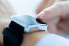 Zamyka up ręki ustawia mądrze zegarek Fotografia Royalty Free