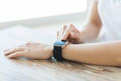 Zamyka up ręki ustawia mądrze zegarek Obraz Stock