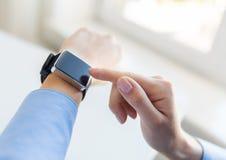 Zamyka up ręki ustawia mądrze zegarek Fotografia Stock