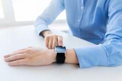 Zamyka up ręki ustawia mądrze zegarek Zdjęcia Stock