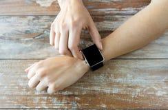 Zamyka up ręki ustawia mądrze zegarek Zdjęcie Stock