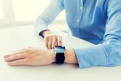 Zamyka up ręki ustawia mądrze zegarek Zdjęcie Royalty Free