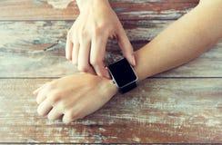 Zamyka up ręki ustawia mądrze zegarek Zdjęcia Royalty Free