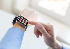 Zamyka up ręki ustawia mądrze zegarek z ikonami Zdjęcie Royalty Free