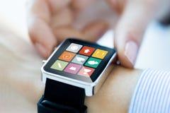 Zamyka up ręki ustawia mądrze zegarka zastosowanie Obrazy Stock