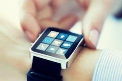 Zamyka up ręki ustawia mądrze zegarka zastosowanie Obraz Royalty Free