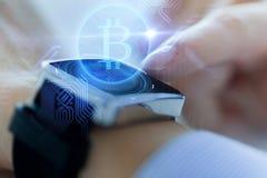 Zamyka up ręki z bitcoin na mądrze zegarku zdjęcia stock