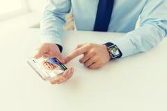 Zamyka up ręki z mądrze zegarkiem i telefonem Obrazy Royalty Free