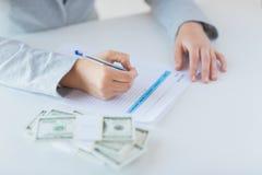 Zamyka up ręki z pieniądze podatku podsadzkową formą Obrazy Stock
