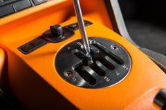 Zamyka up ręczny gearsift przekaz sportive samochód Zdjęcia Royalty Free