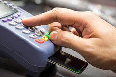Zamyka Up ręka Z Kredytowej karty zamachem Przez Terminal Obrazy Royalty Free