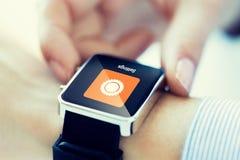 Zamyka up ręki ustawia smartwatch Zdjęcie Stock