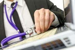 Zamyka up repairman mienia stetoskop laptop klawiatura Zdjęcie Royalty Free