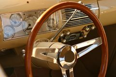 Zamyka up rocznik samochodowa deska rozdzielcza i kierownica Obrazy Royalty Free