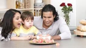 Zamyka up rodzinni odświętność dzieciaki urodzinowi zdjęcie wideo