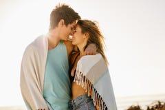 Zamyka up romantyczna para przy plażą z ręcznik zawijającym ar obraz stock