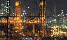 Zamyka up Ropa i gaz rafinerii roślina przy zmierzchem Obrazy Royalty Free