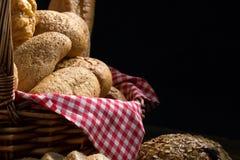 Zamyka up round babeczka chleb w koszu Obraz Stock