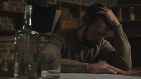 Zamyka up rozczarowany mężczyzna czuć beznadziejny zbiory wideo