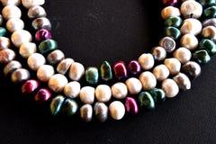 Zamyka up słodkowodne perły Kolorowe grul perły na czarnym tle Zdjęcia Stock