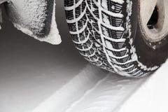 Zamyka up samochodowa opona w zimie zakrywającej z śniegiem Zimy opona w krańcowej zimnej temperaturze Obrazy Royalty Free