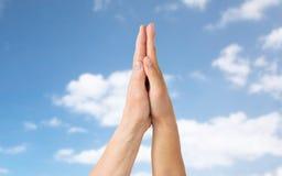 Zamyka up seniora i młodej kobiety macania ręki Fotografia Royalty Free