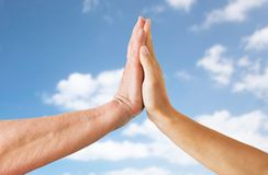 Zamyka up seniora i młodej kobiety ręki nad niebem Obrazy Royalty Free