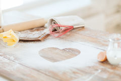 Zamyka up serce mąka na drewnianym stole w domu Zdjęcie Stock