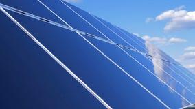 Zamyka up set panel słoneczny odbija niebo Panelu Słonecznego gospodarstwo rolne zdjęcie wideo