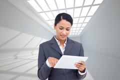 Zamyka up sprzedawczyni z jej dotyka ekranu komputerem Obrazy Royalty Free