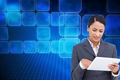 Zamyka up sprzedawczyni z jej dotyka ekranu komputerem Obraz Royalty Free