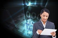Zamyka up sprzedawczyni z jej dotyka ekranu komputerem Obrazy Stock