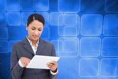 Zamyka up sprzedawczyni z jej dotyka ekranu komputerem Zdjęcia Stock