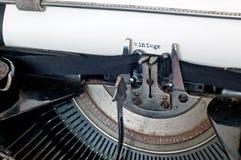 Zamyka up stara pisać na maszynie maszyna i rocznika tekst na papierze Obrazy Stock