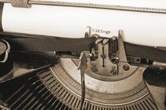 Zamyka up stara pisać na maszynie maszyna i rocznika tekst na papierze, sepiowy Obrazy Royalty Free