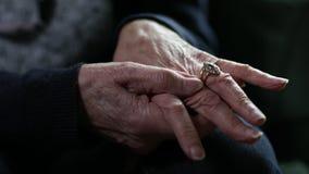 Zamyka Up Starszy kobiety cierpienie Z artretyzmem zdjęcie wideo