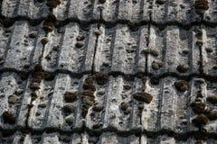 Zamyka up starzeć się dekarstwo płytki na starym domu w wiosce Mnóstwo mech na kafelkowym dachu hovel błękitny wsi pusty drogowy  zdjęcie stock