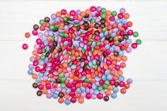 Zamyka up stos kolorowa czekolada - pokryty cukierek Zdjęcie Royalty Free
