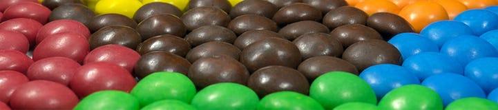 Zamyka up stos kolorowa czekolada - pokryty cukierek obraz royalty free