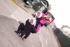 Zamyka up szczęśliwa grupa bawić się w ulicach i jest ubranym różnych kostiumy przyjaciele, jeden kobieta jest ubranym menchię Fotografia Stock